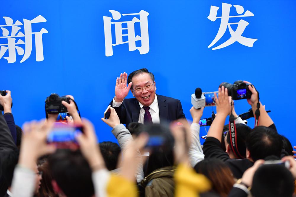 王国庆与记者打招呼。人民网记者 于凯 摄