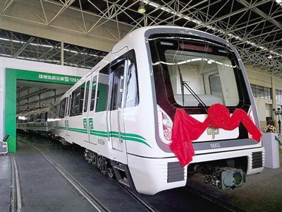 """郑州地铁5号线专配A型车下线白车身绿""""腰带"""""""