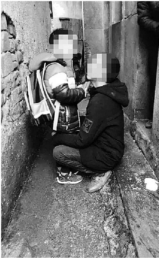 抓捕現場,面對嫌犯的兒子,民警說了一句暖心的謊言