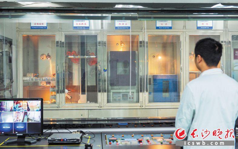 ▲在各种模拟极端状况下,科研人员对动力电池的安全性能进行测试。  长沙晚报记者 邹麟 摄
