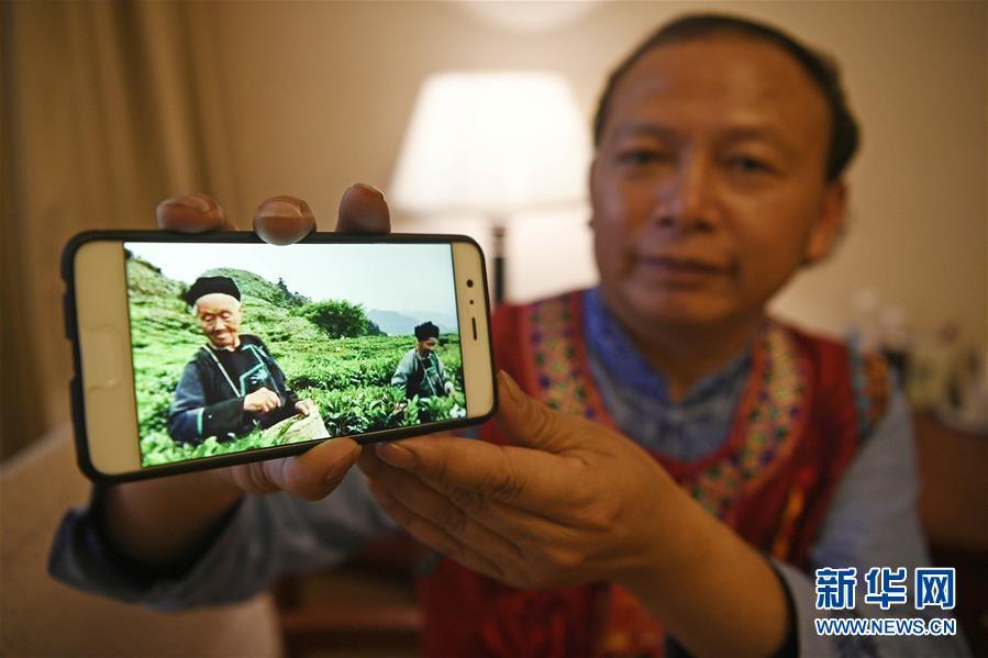 这是龙献文在驻地展示手机中家乡茶园的照片(3月14日摄)。新华社记者王鹏摄