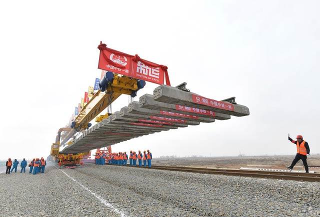 我国在建最长重载铁路蒙华铁路全线铺轨