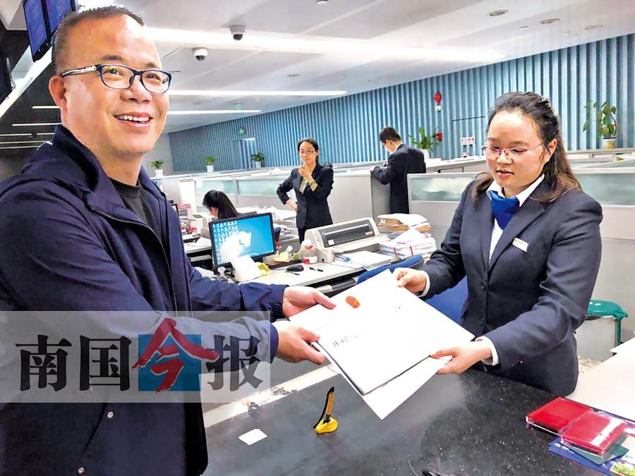 柳州核发首张网络预约出租汽车经营许可证(图)