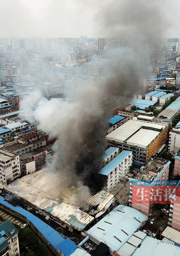 惊险!南宁一旧货市场起大火 隔壁就是幼儿园(图