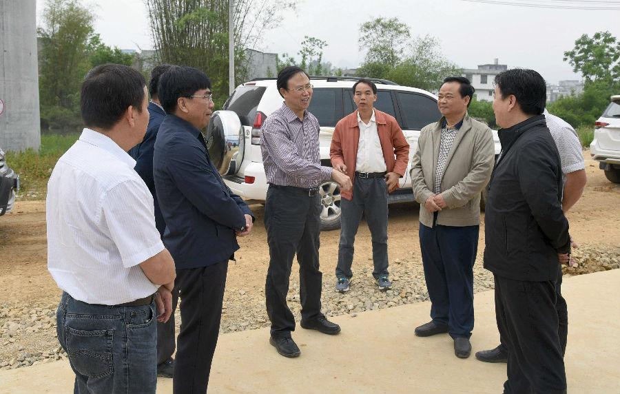 自治区发改委到都安县调研贵南高铁建设