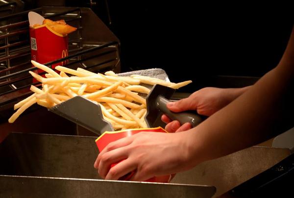 太饿了?美国一女子在麦当劳拔枪催单