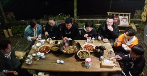 视频截图:《向往的生活》嘉宾围坐一起吃晚餐