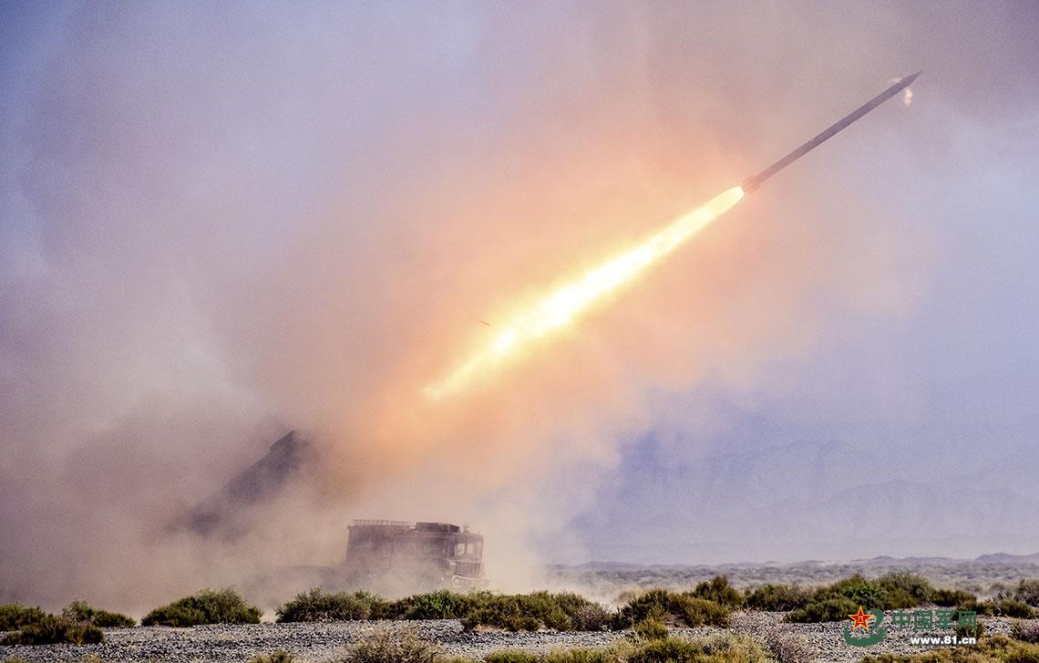 炮兵旅万里机动 远程火力群戈壁精准打击太壮观