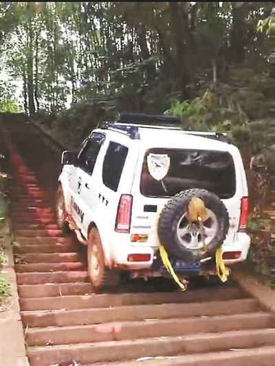 """两人驾车""""爬梯""""损坏古寺台阶被传唤"""