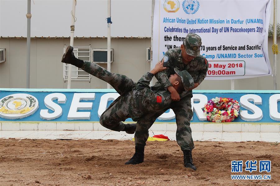 国内赴苏丹达尔富尔维和工兵参加国际维和人员日纪念