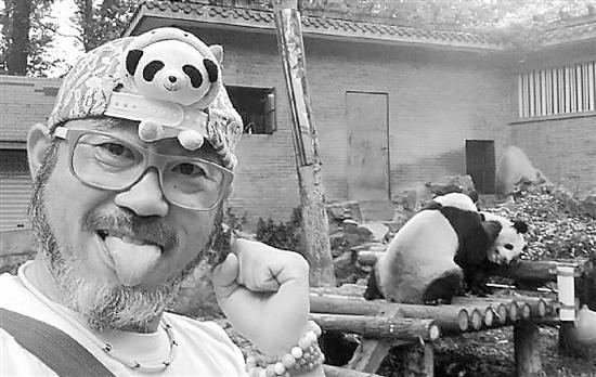这个日本外教有点萌 想给全中国的熊猫拍照