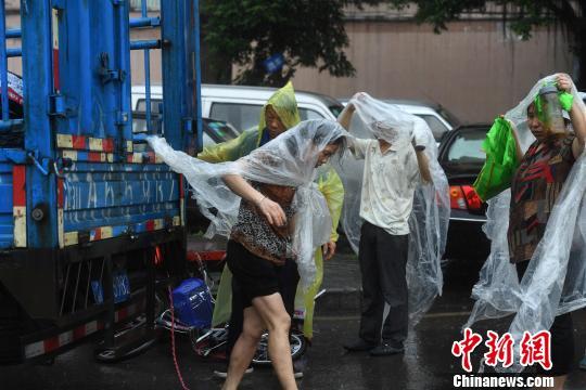 图为重庆突降暴雨民众穿着自制雨衣。陈超 摄