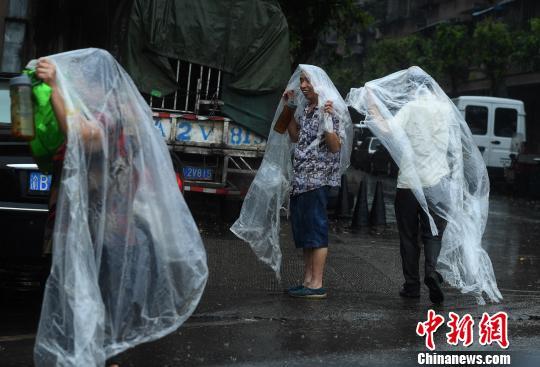 重庆主城突降暴雨街头民众自制雨衣避雨