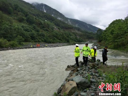 一汽车在香格里拉翻进河道致4人失踪3人受伤