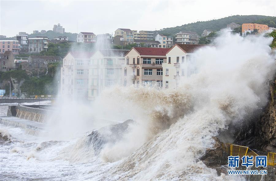 """#(社会)(1)台风""""玛莉亚""""逼近 温岭沿海巨浪拍岸"""