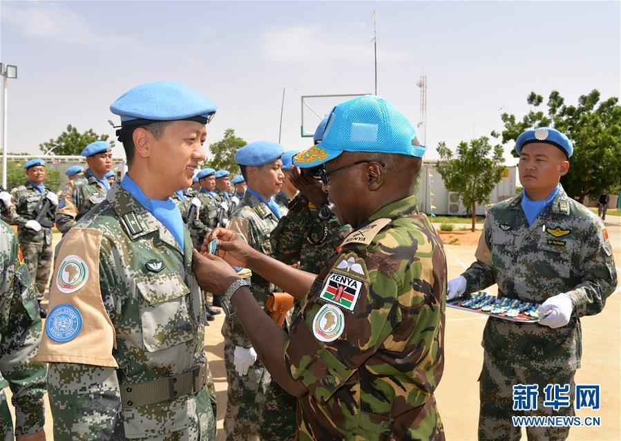 """(国际)中国首支维和直升机分队全体官兵荣获联合国""""和平荣誉勋章"""""""