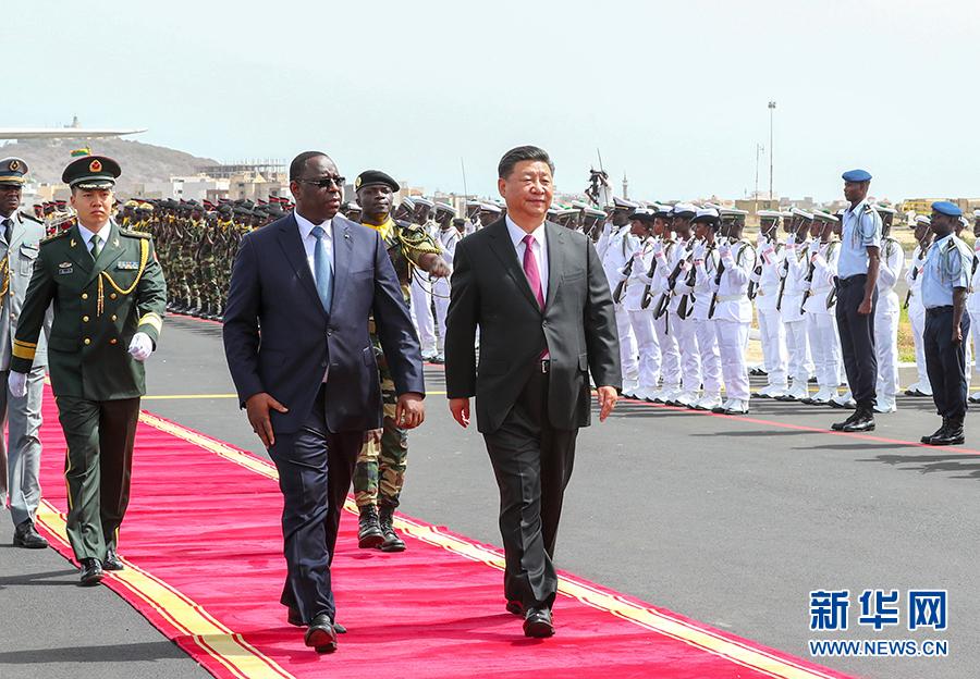 7月21日,国家主席习近平抵达达喀尔,开始对塞内加尔共和国进行国事访问。塞内加尔总统萨勒在机场为习近平举行隆重欢迎仪式。这是习近平在萨勒陪同下检阅仪仗队。 新华社记者 谢环驰 摄