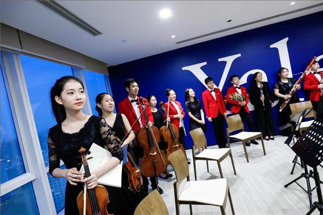 演出结束后,NYO-China室内乐成员向观众致意