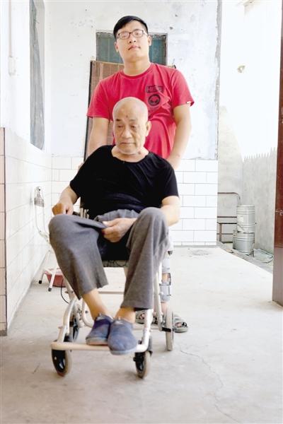 90后残疾男孩别样青春:从带父上大学到带父去上班石闯