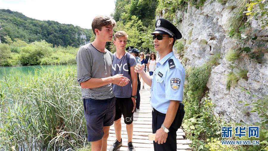 (国际)(1)中克警察在克罗地亚普利特维采湖群国家公园联合巡逻