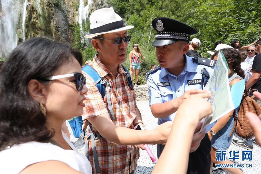 (国际)(2)中克警察在克罗地亚普利特维采湖群国家公园联合巡逻