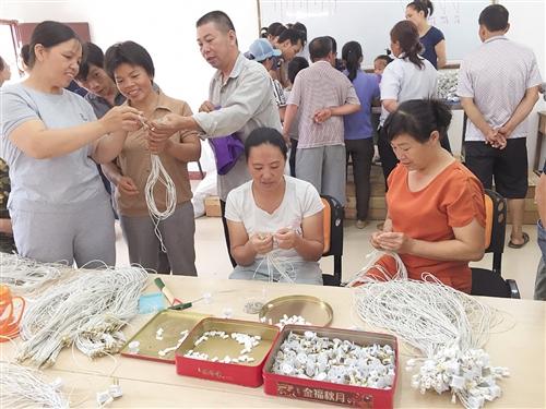 马山县深度贫困村多管齐下发展特色产业