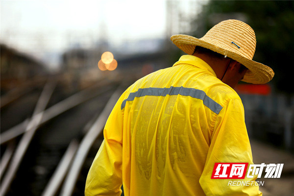 烈日下,铁路电务工人用汗水保证铁路大动脉安全畅通