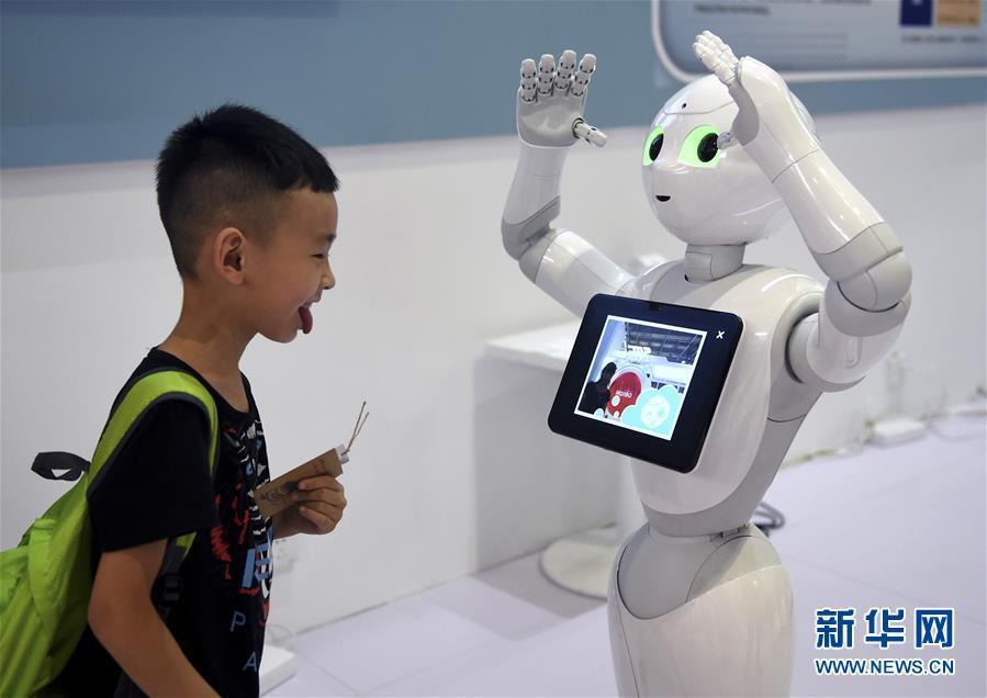 """青少年""""扎堆""""世界机器人大会"""