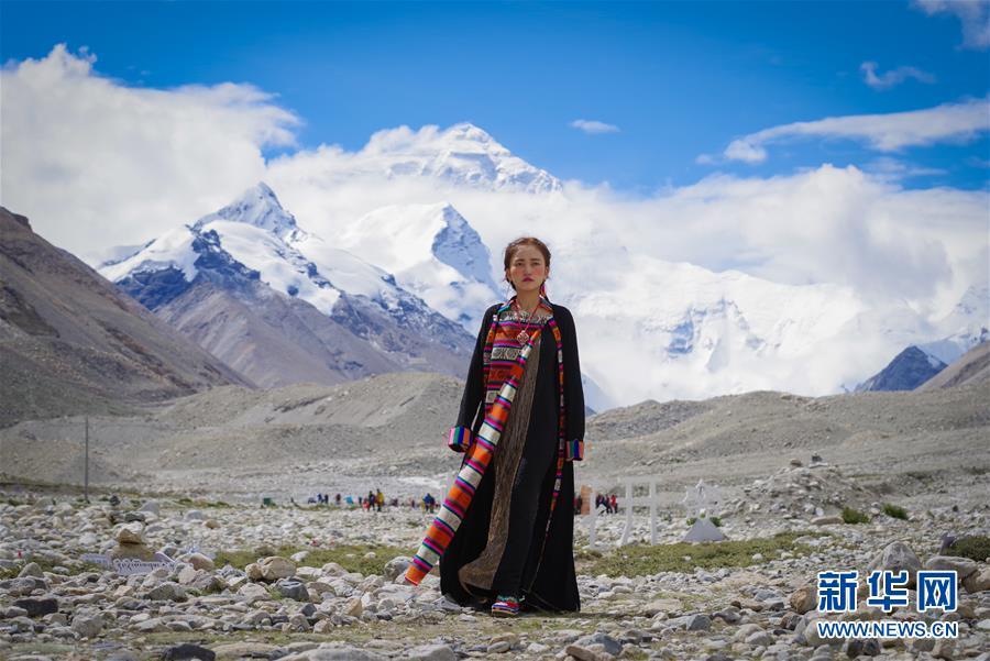 """(文化)(1)""""格桑花开""""西藏民族服饰秀亮相珠峰大本营"""