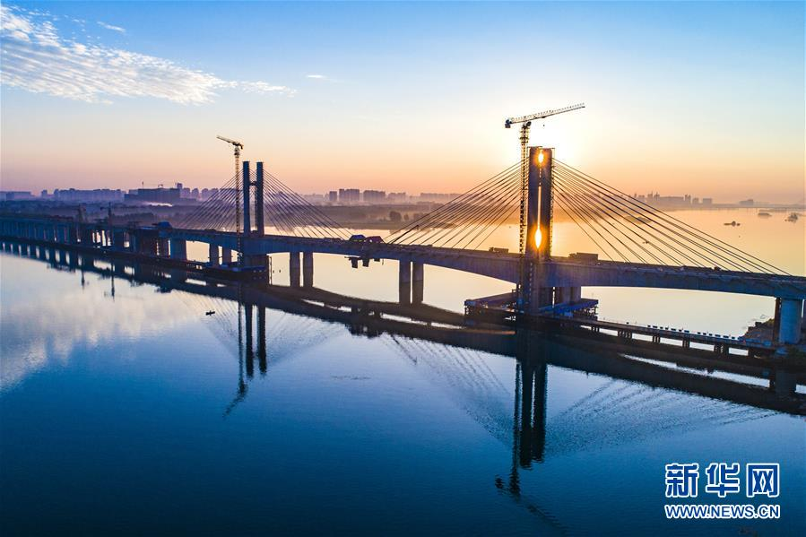 #(經濟)(1)蒙華鐵路漢江特大橋完成挂索