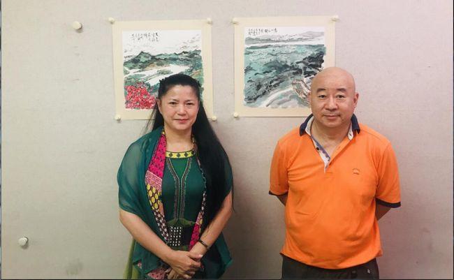 中国国家画院国画院副院长范扬创作惠州城市山水画时和中国国家画院访问学者邱楚莲合影