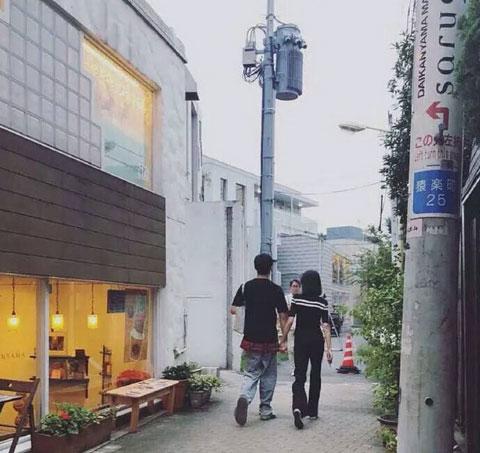 网友日本疑偶遇郑爽张恒出行