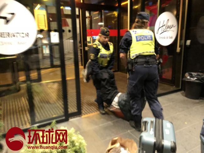 This photo published by the Global Times allegedly shows Swedish police ejecting a Chinese national from a hotel in Stockholm, Sweden on September 2, 2018. [Photo: huanqiu.com]