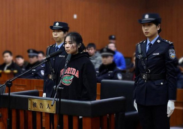 Mo Huanjing stands trial at Hangzhou Intermediate People's Court on Feb. 1, 2018, on suspicion of setting a fire which led to the deaths of four people. [File photo: China Daily]