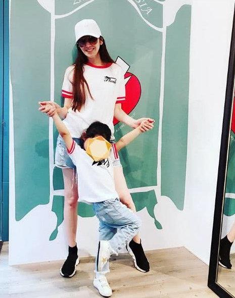 吴佩慈与女儿穿亲子装同框 母女双手相牵收满爱和温馨