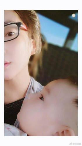 杜若溪晒女儿侧脸照 调侃自己一孕傻三年