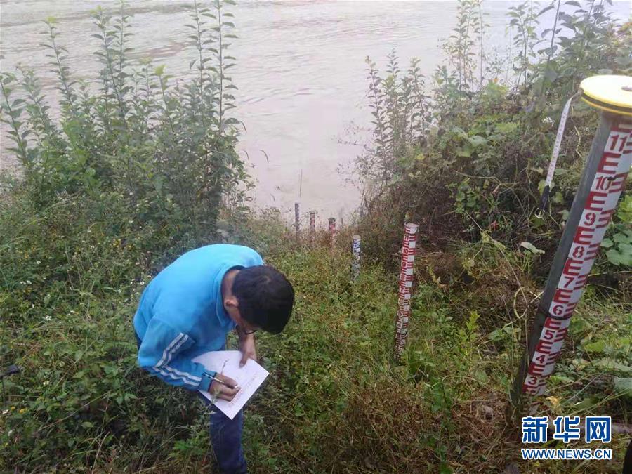 (突发事件)(1)金沙江堰塞湖过流洪峰进入丽江 近千名群众紧急转移