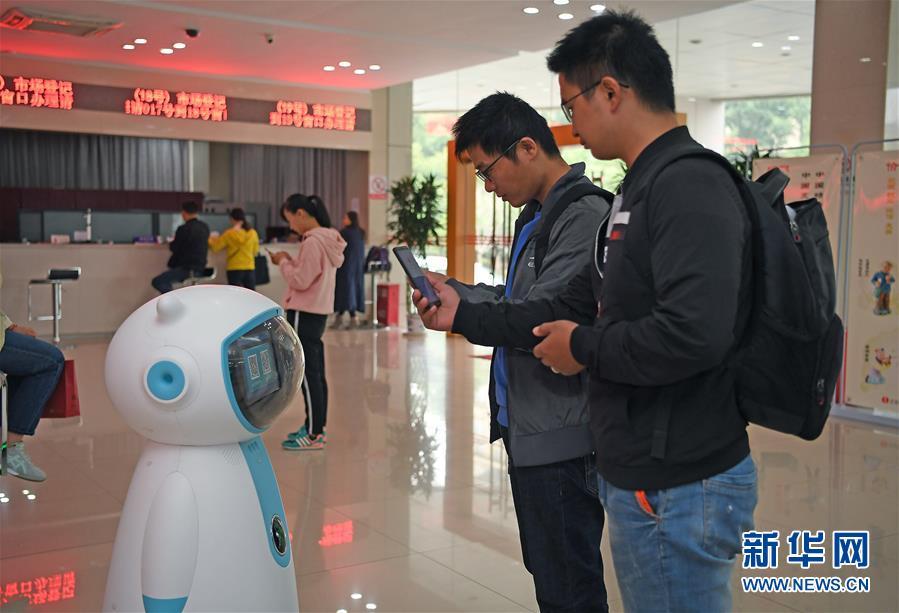 """(社会)(1)""""政务服务智能机器人""""亮相南昌"""