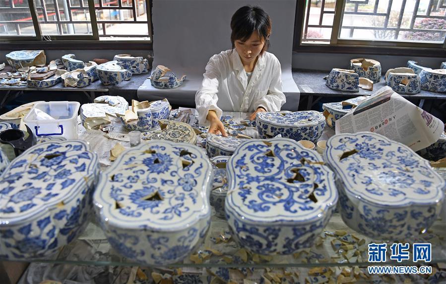 """(文化)(1)景德镇御窑古瓷碎片""""复原""""陶瓷传奇"""