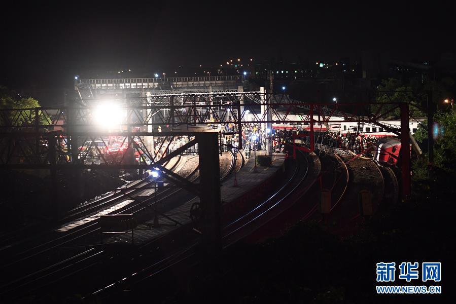 (突发事件)台湾铁路列车出轨事故已致17人死亡101人受伤