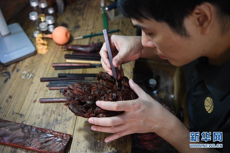 """(图片故事)(9)木艺""""鸳鸯刀"""""""