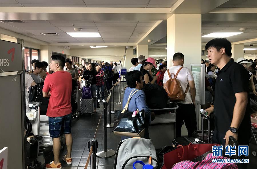 (国际)(2)滞留塞班中国游客开始登机回国
