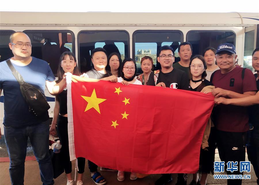 (国际)(1)滞留塞班中国游客开始登机回国