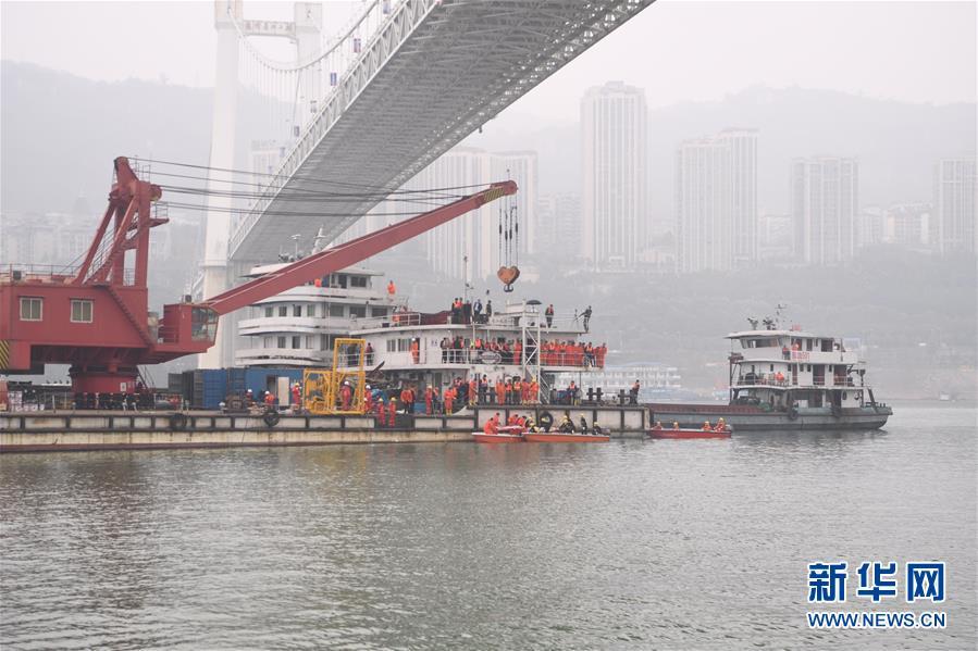 (重庆公交车坠江事故・后续・图文互动)(1)重庆公交车坠江事故已发现9名遇难者 7名已救捞上岸