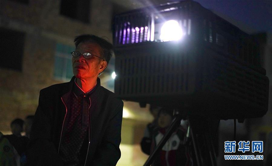 """(图片故事)(3)一名乡村电影放映员的""""光影世界"""""""