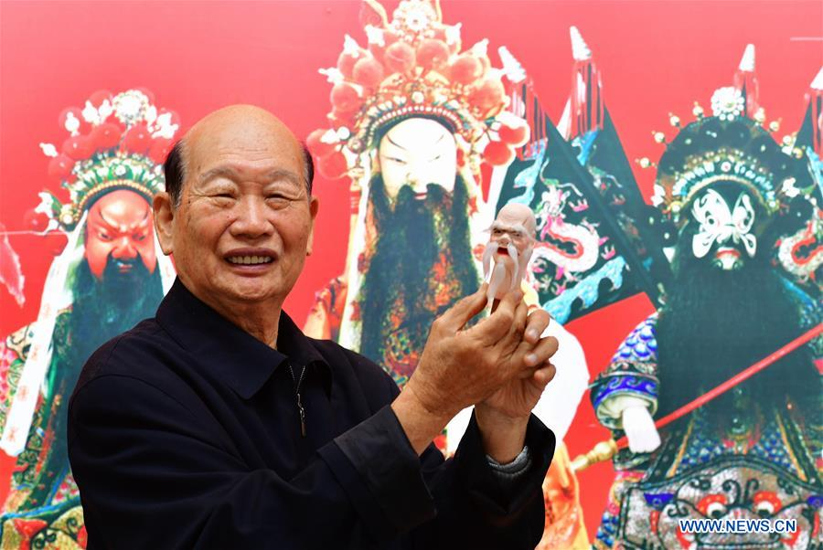 Pic story: Chinese craftsmen devoted to Zhangzhou wood puppet head carving