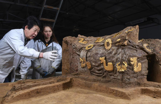 Archaeologists unveil the details of a deluxe carriage unearthed in a cemetery dating back to the Eastern Zhou Dynasty in Hebei Province. [Photo: Xinhua]