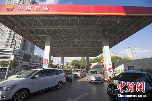 """国内油价今日调价或""""四连跌"""" 每吨降超120元"""