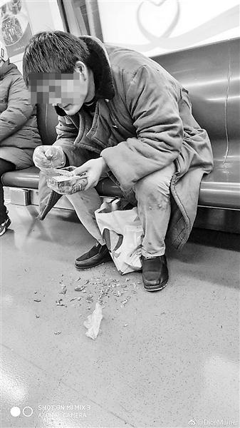 男子地铁车厢内吃小龙虾被曝光