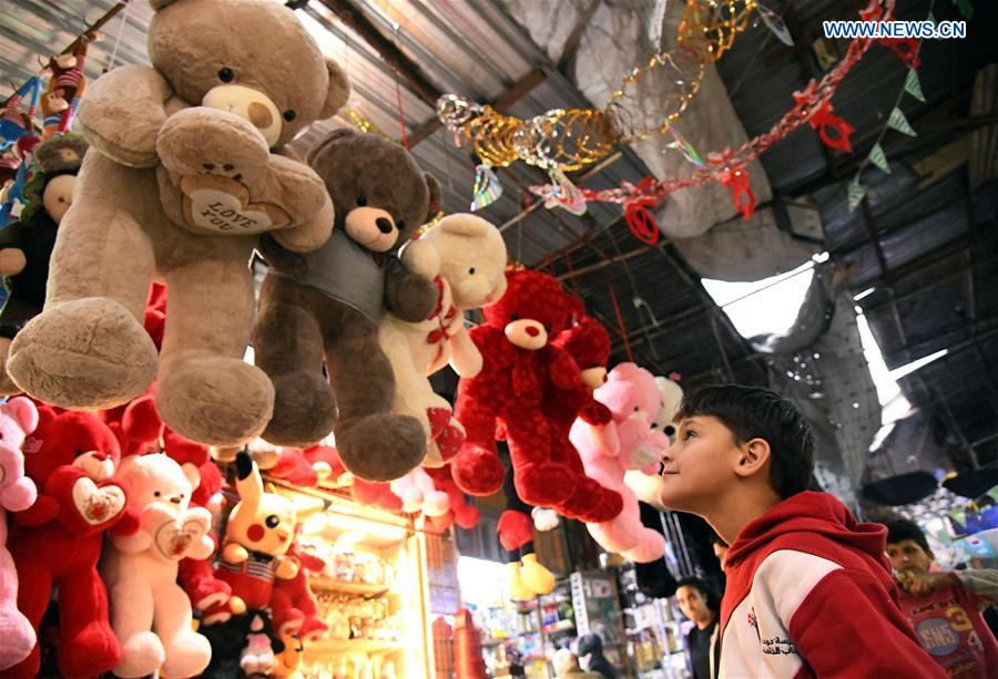 Syrians go shopping to prepare for Christmas, New Year